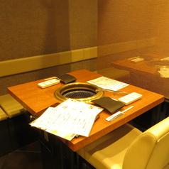 仕切りのあるテーブル席・カップル利用もOK!