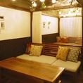 店内の奥に入ると、全席半個室のソファー席がございます。オシャレでプライベート感のあるオススメの空間です。