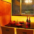 窓が開放感を演出するシャンデリアの個室はデートにもお勧めです。