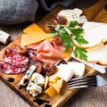 料理メニュー写真生ハムとチーズの盛り合わせ