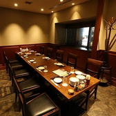 広々としてスタイリッシュな個室は、間接照明が洗練された空間を演出しています。お洒落な宴会や女子会にもおすすめのお部屋です。店内奥にあるお席をつなげて最大16名様までのご利用が可能です。