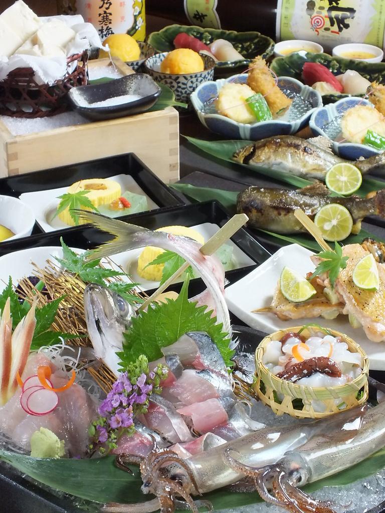 料理9品飲み放題付きコースがクーポンで500円引きになります。