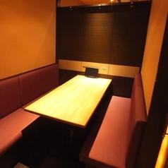 渋谷の坂道に歩き疲れたあなたに…プライベート空間を重視したソファー席をご用意!クッション性のあるシートを採用し、お客様が長時間お座り頂いても疲れない工夫を施しております。当店の居酒屋メニュー片手にどうぞ心ゆくまでご歓談ください。【渋谷桜丘 渋谷南口 焼肉 しゃぶしゃぶ 居酒屋 個室 貸切】