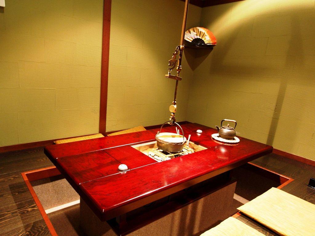 【炉端個室】足をのばしてゆったり楽しめる掘りごたつ個室は、遠方から来た方への接待にも最適な部屋
