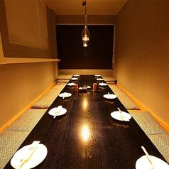 【3階】会社の宴会やご親族の集まりには、完全個室。16名様までご利用いただけるお座敷席をご用意しております。ダウンライトの優しい光に包まれた、フローリング仕様のジャズが流れる和モダンな個室です。室内には柱が無く、向かい合わせて一列での宴会が可能。