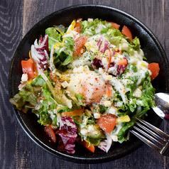 温玉とカリカリベーコンのシーザーサラダ