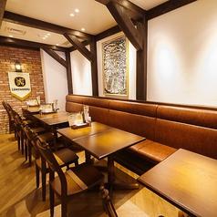 【1階テーブル席】どこか懐かしい温もりのある店内にあるテーブル席は、片側がソファー席になっていますのでお子様連れ、ご家族連れでのお食事にもゆったりと快適にお過ごしいただけます。最大14名様までご着席可能です。