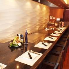 風と光をイメージしたモダンな空間で至福のひと時を過ごせる清潔なつくりです。帝国ホテル大阪 鉄板焼き嘉門で料理長を務めたシェフ自慢の料理を堪能できるお店です。