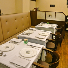 綺麗な白基調のテーブル席をご用意しております。