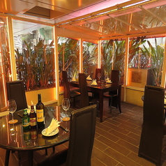 半個室と店内・テラスを3つの空間に分けることで、様々なシチュエーションでのご利用が可能です。
