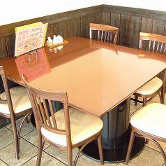 4人~5人でもOKなテーブル席!ランチでも夜カフェにもお使い頂けます。