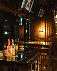 《4~6名様テーブル席》仕事帰りや友人との飲みに最適!オシャレな雰囲気で楽しめるお席です♪