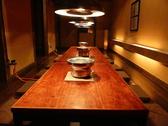 薄暗い部屋に朧月のようにライティングされた堀こたつ席。ゆっくりとお食事するのにぴったりです。