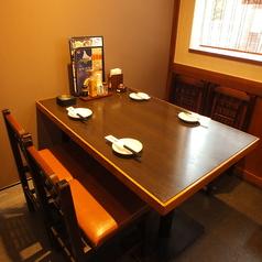 明るい雰囲気が楽しいテーブル席は個室感覚