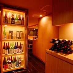 店内入口 数々のこだわりの和酒の瓶のディスプレイがお客様をお出迎えします。常に全種あるわけではないですが、十四代・田酒・獺祭・飛露喜・梵・而今・悦凱陣・石鎚等、玄人好みのお酒を取り揃えております。[東銀座 築地 和食居酒屋]