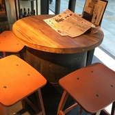 オシャレなバルのテーブル席♪ガラス張りの店内は、光が差し込んできます☆