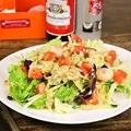 料理メニュー写真エビとアボカドのFactory45サラダ
