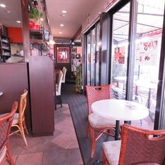【カフェスペース】2名様用のテーブル席。