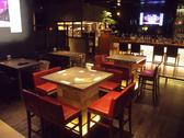 中央に配置された大きなセパレートタイプのテーブル。テーブルを繋げれば最大16名様でご利用頂けます!
