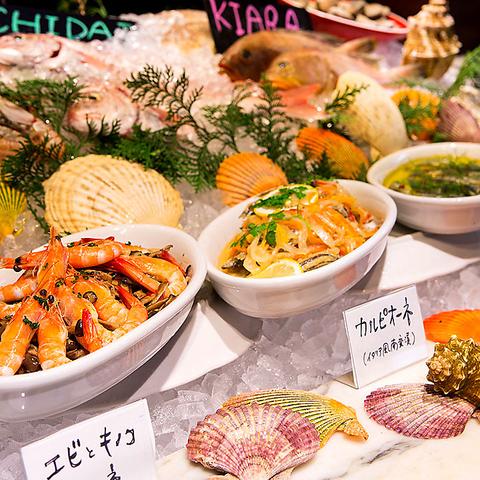 船をイメージしたお洒落な店内。その日に直送された、新鮮なお魚を使った料理がウリ。