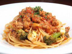 料理メニュー写真自家製ソーセージとブロッコリー・モッツァレラのトマトソース