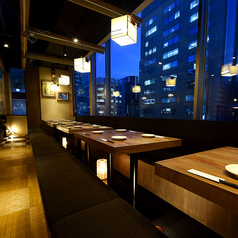 奥には最大20名様程度で利用できるテーブル個室もございます。落ち着いた雰囲気の空間で中人数のお客様にはぴったりのお部屋です!※系列店との併設店舗です。