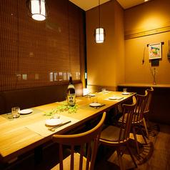 リピーター様や宴会の幹事様に大変ご好評!全席個室の為、皆様のどんなニーズにも幅広く対応できる個室をご用意しております。落ち着いた和モダンプライベート空間で素敵なお時間をお過ごし下さい♪温かみのある個室のお席。美味しいお料理と美味しいお酒を楽しみながら素敵なお時間をお過ごしください。