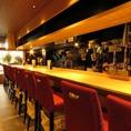 カウンター席は全部で10席。ソムリエ兼利酒師の店主がお酒に合う料理を提供致します。仕事帰りにカウンターでオーナーとの会話を楽しみながらお食事をお愉しみください。