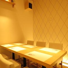 6名様掛けの完全個室をご用意しております。プライベートのある空間でゆったりとお食事をお愉しみください。