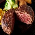 【和牛100%】焼肉店ではありますが、ハンバーグ・ステーキもご用意!ハンバーグには和牛の味のある部位を使用し、和牛本来の味わいが楽しめるよう毎日2度挽きし手ごねしています。たっぷり玉葱と赤ワインでじっくり煮込んだ自家製オニオンソースとの相性も抜群です!こちらのこだわりのハンバーグを、ぜひご賞味下さい!