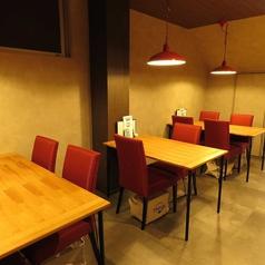 4人掛けテーブル。全部で3テーブルご用意しており、テーブルをつなげて大人数にもご対応しております。