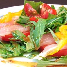 新鮮な野菜を使用しているサラダ
