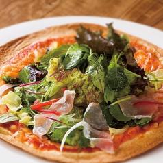 生ハムとたっぷり野菜のピザ