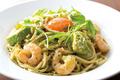 料理メニュー写真海老とアボカドのグリーンカルボナーラ