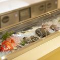 カウンター上のケースに並ぶ、鮮魚や食材も見どころのひとつです。旬を大事にする倭だからこそ愉しめるお勧めの料理の数々をご堪能あれ。