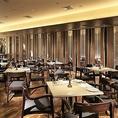 着席最大70名様、立食最大130名様、隣接するテラスを合わせると最大250名様での立食パーティーが可能!