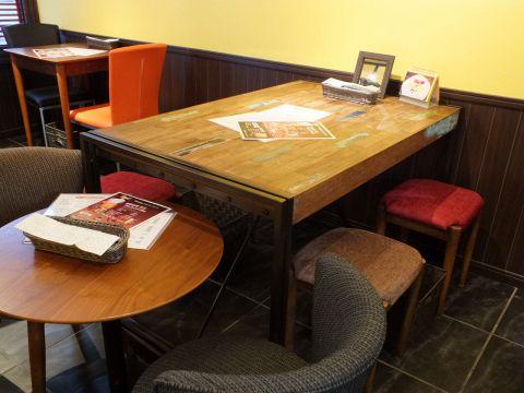 広々としたアンティークテーブル♪木のぬくもりが感じられるテーブルはお料理とお酒をさらに美味しくします♪
