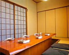 13名様までの掘りごたつの個室は2部屋あり。つなげて最大25名様まで可能。接待や顔合わせ、宴会もプライベート空間で。