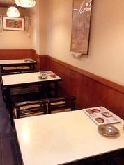 1階:京都らしい落ち着いた雰囲気の店内にあるテーブル席。
