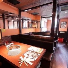【2F/ボックス席】2Fにはボックス席を5卓ご用意。どのお席も仕切りで囲われており、個室感覚でお過ごしいただけます。