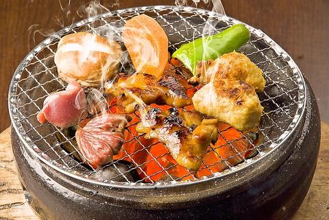 七輪で焼くとり焼肉は、12種類の味付けで食べられる。焼きたて熱々を堪能。