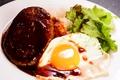 料理メニュー写真ボリューム満点ロコモコ丼