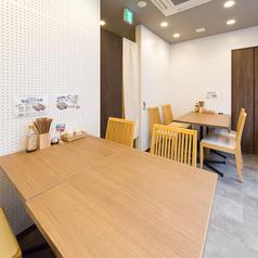 【2階】4名様までご利用頂けるテーブル席清潔感があり、広々した店内です。