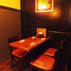 ゆっくり座って飲みたい方はテーブル席。仕切り等はございませんが、カウンター・ステージから死角になるため、個室のような雰囲気を味わえます♪