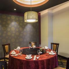 【雅/4~6名様】親しい方との会食に。紅のイメージカラーが華やかなテーブル個室。赤をテーマにした明るいムードの少人数個室。最大6名様ご着席いただけます。ご家族でのご利用はもちろん、親しい方との会食やおしゃべりに花が咲くご婦人のお食事会、お誕生日会など広くご活用ください。