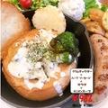 料理メニュー写真具だくさんの食べるブレッドボールのクラムチャウダーディッシュ