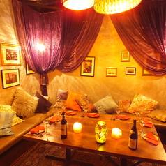 秘密の完全個室の奥に広がるのはクッションが広がるソファー席。お誕生日、記念日サプライズなどに最適です♪【個室 町田 飲み放題 誕生日】