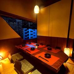 窓際の掘りごたつ個室は人気のお部屋のひとつです。合コンや接待などビジネスシーンにもご利用頂ける個室です。