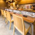 【1階】ライブ感を味わえるオープンキッチンのカウンター席です。鰹節をその場で削る所を楽しんで頂けます!また削っている瞬間の鰹節のいい香りを楽しめるのも1階カウンター席の特権です!