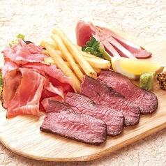肉の三点盛り(ローストビーフ・パストラミポーク・合鴨の白焼き)